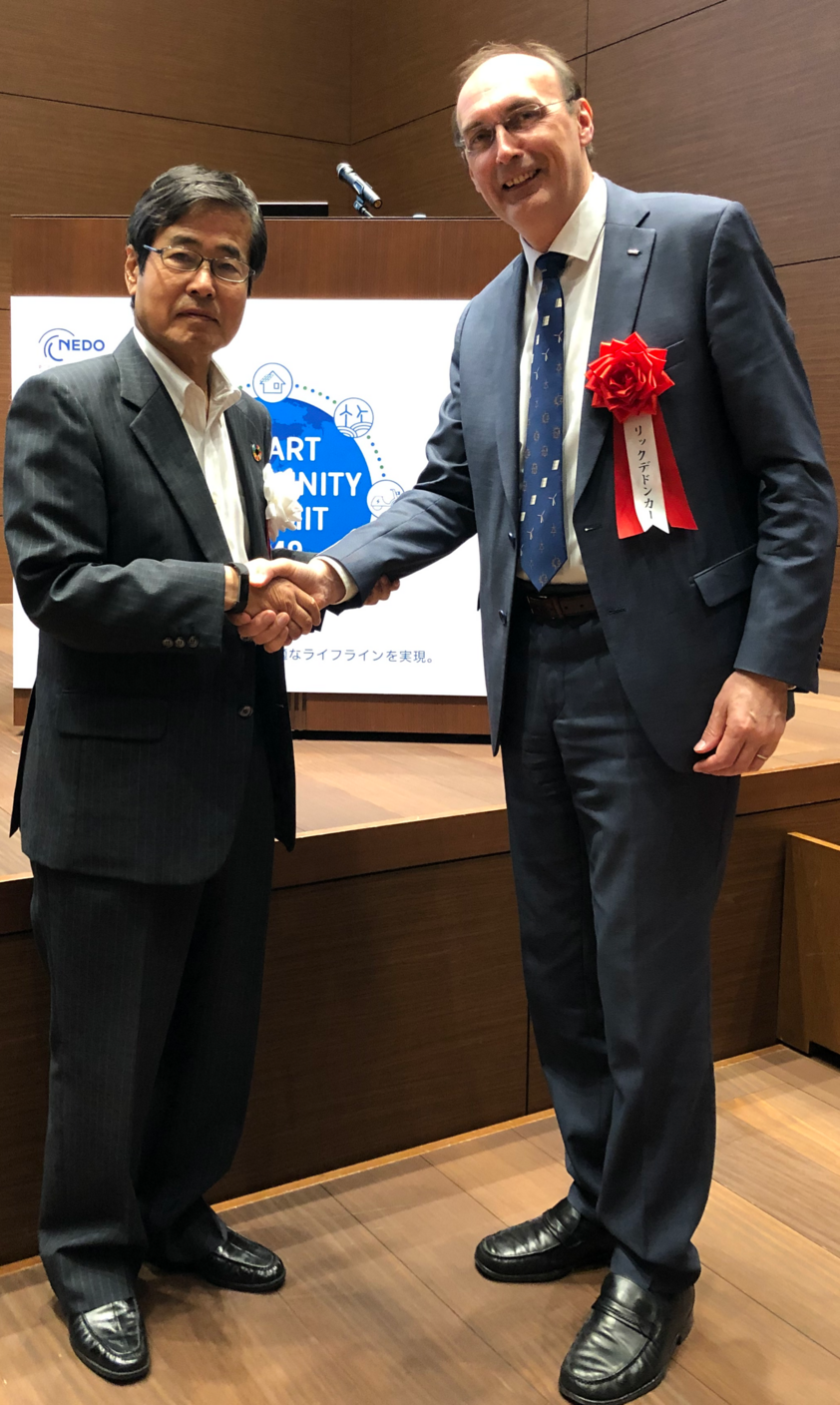 Mr. Hiroaki Ishizuka, Chairman NEDO, thanks Prof. De Doncker for his contribution to the Smart Communities Summit.